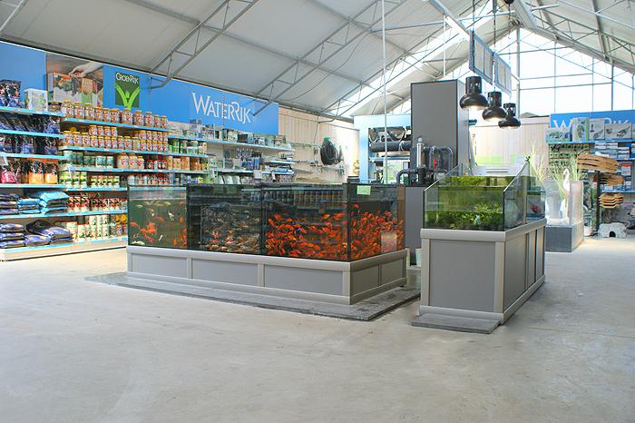 Opstelling vijvervisbewaarsysteem en waterplantenbak bij nieuwbouw tuincentrum