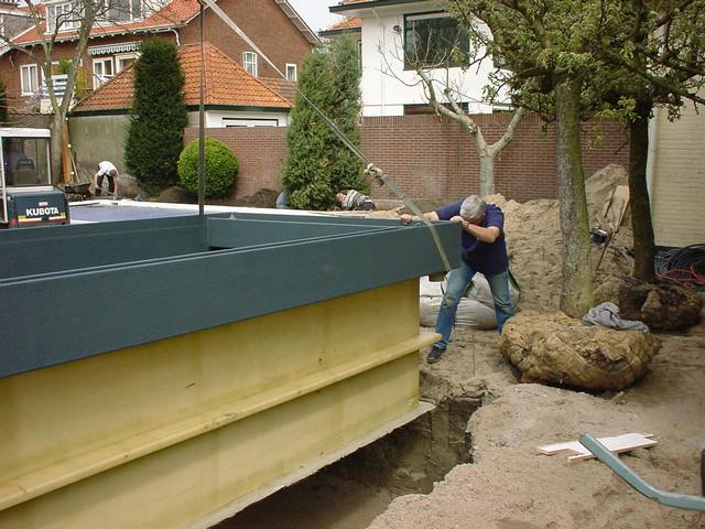 Foto 07 Plaatsen Van De Prefab Vijver (1)