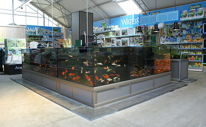 Foto 09 Opstelling Vijvervisbewaarsysteem En Waterplantenbak Bij Nieuwbouw Tuincentrum